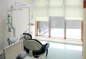 明るく清潔な診療室